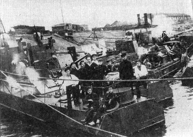 РКВМФ Волга. На канонерки ГВИУ ставились по два основных двигателя системы «Буффало» мощностью по 75-80 л.с при 750 об/мин. Каждый двигун работал на свой винт