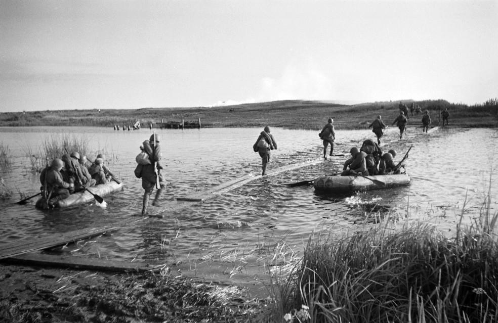 как старушкам переправиться на другой берег и вернуть лодку мальчикам